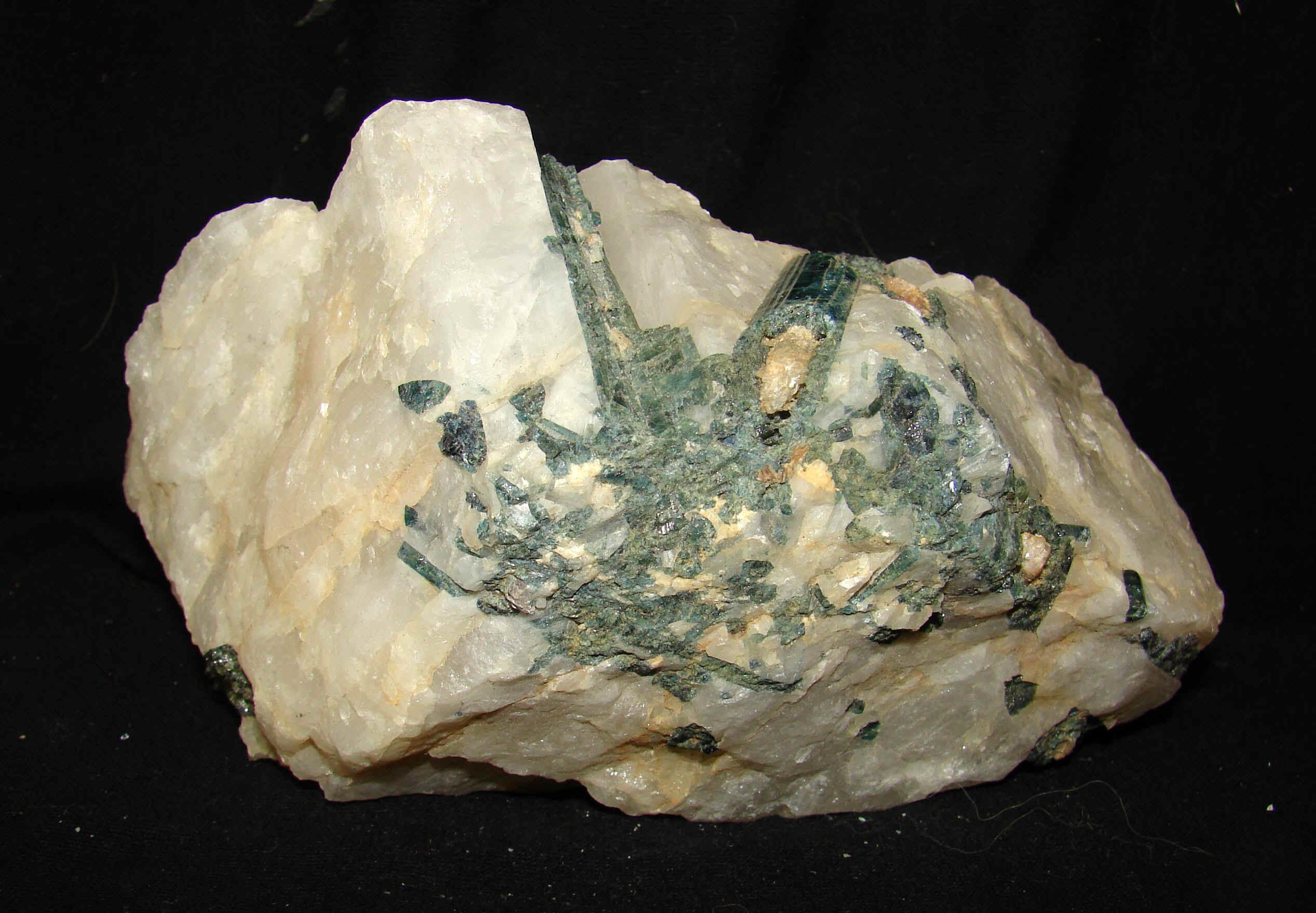 http://www.rockshops.net/tourmaline-12.jpg (582341 bytes)